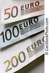 closeup of a 50, 100 and 200 eurobiljet