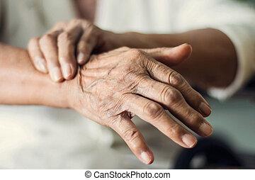 patient suffering from pakinson's desease symptom
